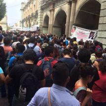 Con marcha Sección XXII-CNTE exige pago a regularizados; anuncia bloqueos carreteros para mañana