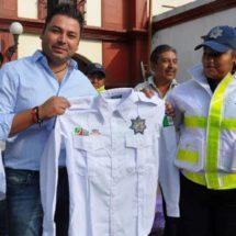 Raúl Cruz uniforma a elementos de la policía de Santa Lucía del Camino