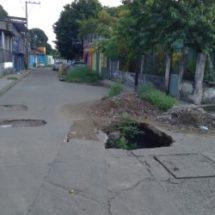Vecinos de la colonia Santa Clara piden ayuda para reparación de drenajes colapsados