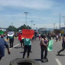 Desalojan a manifestantes por bloquear vialidad en Salina Cruz