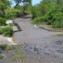 Incomunica río a 200 familias