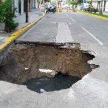 Obras públicas y agua potable buscan atender socavones de la ciudad