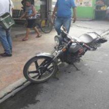 Detienen a ebrio motociclista por chocar contra taxi