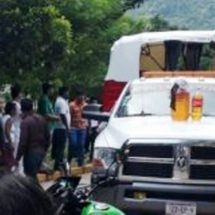 Operadores de Moto taxis en Jacatepec retienen unidades de patrullas y una grúa.