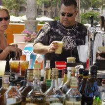 Decomisan más de 40,000 litros de alcohol irregular en una playa de México tras la muerte de una joven turista de EEUU