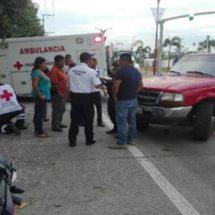 Camioneta embiste a motociclista en el boulevard