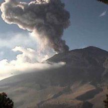 Exhalación del Popocatépetl alcanza los dos kilómetros de altura