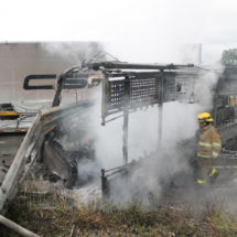 Choca nodriza contra muro; muere conductor calcinado