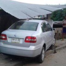 Abandonan vehículo de lujo tras choque en San Bartolo