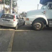 Carguero se estampa contra automóvil estacionado