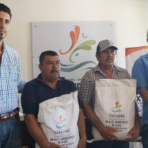 Entrega Gobierno de Dávila semilla mejorada de maíz a 30 productores