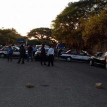 Bloquean transportistas carretera federal 200 Pinotepa-Acapulco