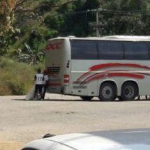 Estudiantes de la Normal Experimental de San Juan Cacahuatepec, secuestran autobús OCC