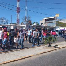 Mototaxistas y taxistas encapuchados bloquean glorieta Lázaro Cárdenas en Oaxaca; marchan normalistas