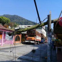 Derriba poste de Telmex y deja calle intransitable