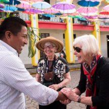 Turistas extranjeros visitan el Corredor de las Sombrillas de Tuxtepec