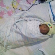 Da a luz a bebé en la banqueta de la clínica
