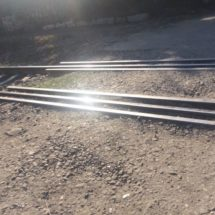 Daña a autos el cruce ferroviario