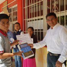 Edil de Ojitlán, premia a estudiantes destacados del COBAO 21