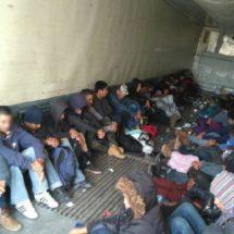 Traficantes abandonan a 103 migrantes centroamericanos encerrados en un tráiler al norte de México