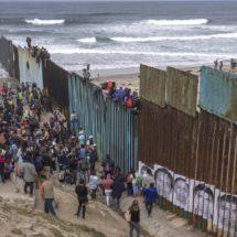 La caravana de migrantes llega a la frontera con Estados Unidos para pedir asilo