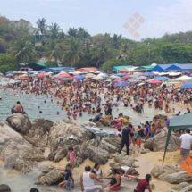 Miles de vacacionistas disfrutan de las playas de Oaxaca