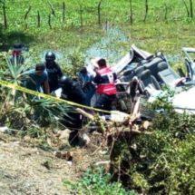 Vuelca camioneta de Pemex 1 muere