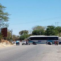 Normalistas recaudan fondos en la carretera federal 200 Pinotepa-Acapulco