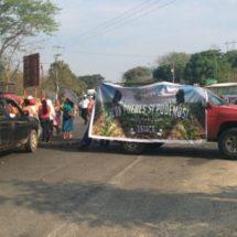 Organización PUEDES bloquea carretera federal 200 Pinotepa-Acapulco