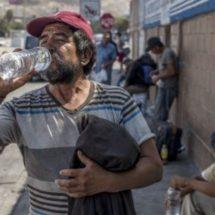 Regalan agua embotellada a personas en situación de calle