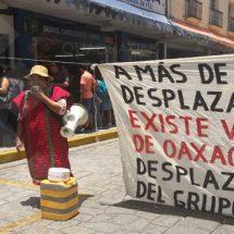 Protestan indígenas triquis en Palacio de Gobierno