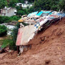 Deslave de cerro arrastra y daña 5 vehículos en Naucalpan