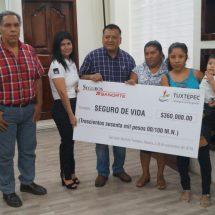 Entrega Ayuntamiento de Tuxtepec cheques de seguro de vida a deudos de empleados municipales
