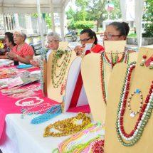 Para lucir mejor estas Fiestas Patrias… Adultas mayores ponen a la venta bisutería elaborada en el INAPAM