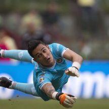 Raúl Gudiño detiene penal en el último minuto y Chivas rescata el empate en el Azteca