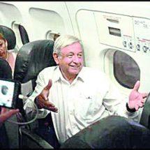 ¡AMLO se queda otra vez atorado en el avión!
