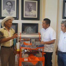"""En """"Lunes ciudadano"""" Dávila entrega apoyo a productores de cacao"""