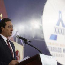 Llama Alberto Elías a notarios unirse para prevenir lavado de dinero