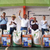 Dávila entrega apoyos a 600 productores del campo