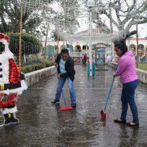 """Con tequio, trabajadores del Ayuntamiento y ciudadanos limpiaron el parque """"Juárez"""""""