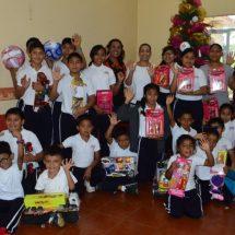 Presidenta María Luisa Vallejo García continúa llevando alegría a pequeños