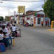 Toman clases a media calle