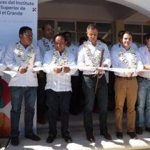 Entrega AMH infraestructura carretera, social y educativa en la Mixteca