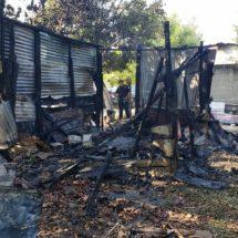 Se incendia humilde vivienda en Cosamaloapan, la causa la chispa de un cohete con el que jugaban niños