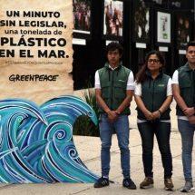 Greenpeace protesta ante Senado con ola de plástico
