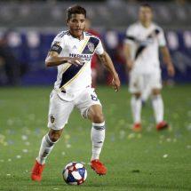 Jonathan dos Santos sale lesionado ante el Crew