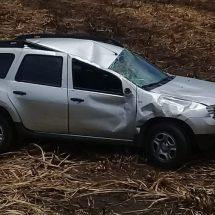 Abandonan camioneta volcada en carretera a San Lucas OJitlán