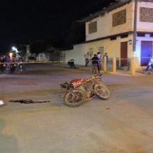 Muere motociclista al caer de su unidad