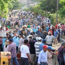 Nutrida participación en el Tequio… Dávila encabeza pavimentación de calle en Bethania Tuxtepec
