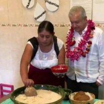AMLO degusta tejate en Oaxaca: más nutritivo y barato que el refresco